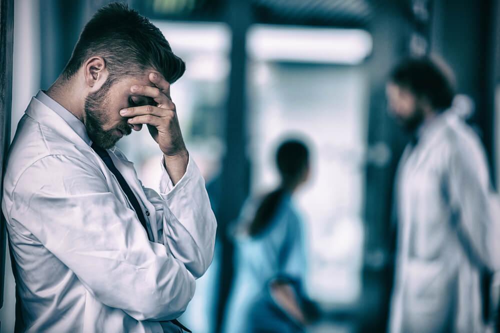 רופא עצוב כי התרשל